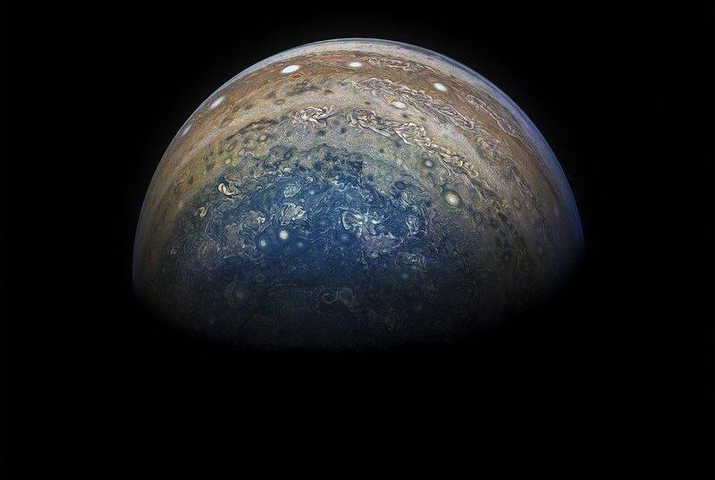 НОВИТЕ ФОТОГРАФИИ НА НАСА ГИ ПОКАЖУВААТ СИТЕ БОИ НА ЈУПИТЕР
