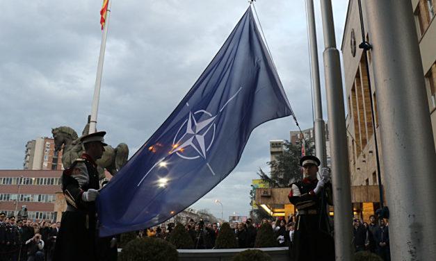 ЗНАМЕТО НА НАТО ОД ДЕНЕСКА СТОИ ПРЕД ЗГРАДАТА НА СОБРАНИЕТО